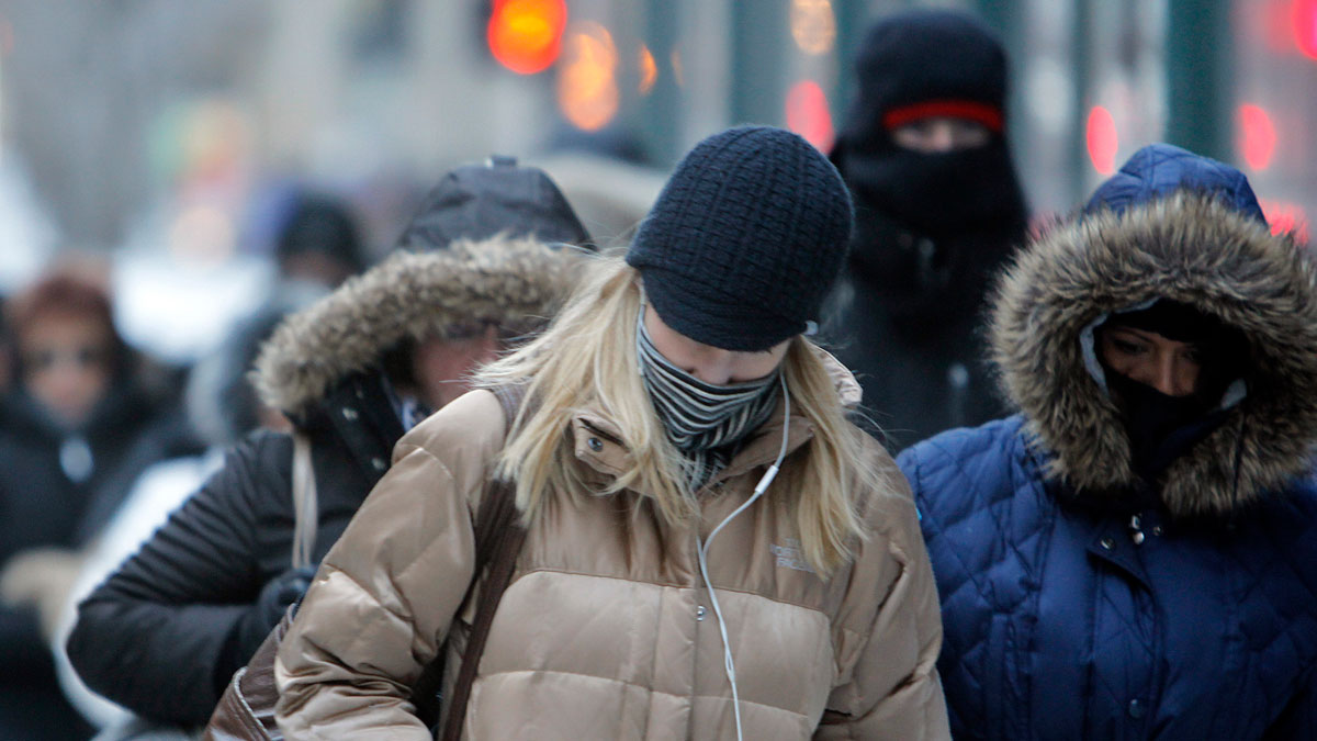 File photo -- In this Jan. 28, 2014, photo, morning commuters bundle up in Chicago.